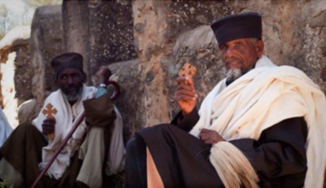 Uno de los puntos más fuertes de un viaje por Etiopía es el contacto directo con la población local, el cual se puede generar en distintos lugares y con gentes de distintas culturas y maneras de ver y vivir la vida. En el norte del país, nuestro contacto se centrará básicamente con los pueblos Amhara, Oromo o Tigrinya, todos ellos del todo vinculados a su religión católica ortodoxa, la cual hace que sea la luz que mueve sus días y esto hay que tenerlo muy en cuenta a la hora de visitar algunas de las miles de iglesias, grandes y pequeñas repartidas por todo su territorio. El acceso a su interior hay que hacerlo descalzos y dentro de ellas hay que guardar silencio y respeto hacia todas las personas que habitualmente se encuentran rezando dentro de ellas. En algunas de ellas como es el caso de Debre Damo en el Tigray y en algunos de los monasterios del interior del lago Tana, en algunos momentos los monjes que custodian las iglesias prohíben el acceso a las mujeres, por un tema totalmente cultural y religioso. Las gentes en todo el norte son muy afables y con muchas ganas de comunicarse con el viajero, lo cual hace que en muchos casos podamos ser invitados a la ceremonia del café en el interior de sus casas, ceremonia que es un símbolo de acogida y para darnos la bienvenida a su hogar. Es del todo recomendable por un tema de respeto aceptar una de las tazas de café que nos ofrecerán. En el sur de país, el criterio cultural es del todo distinto a lo descrito en el norte, dado que la población es de mayoría animista y las distintas etnias que están centradas en el reconocido valle del Omo, viven actualmente como lo hacían sus ancestros y entre ellas destacaríamos los Mursi, Hamer, Karo, Dassanech, Tsemay, Benna, Arbore, Ari, Surma o Nyangatón entre otros. Es un lugar donde las etnias son muy territoriales y habitualmente no se mezclan entre ellos. Viven en pequeñas comunidades repartidas por su territorio y las visitas en algunos casos pueden resultar un poco invasivas,